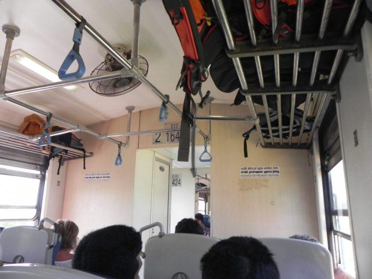 スリランカの列車内