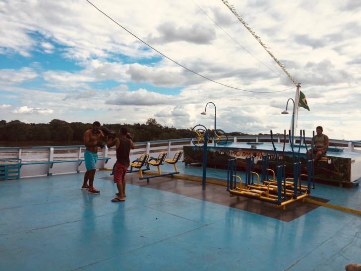 甲板でトレーニングをする人たち