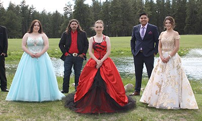 Canwood fêtes graduates drive-in style
