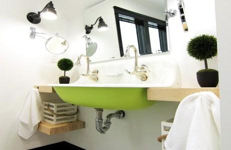Αν μπορείτε να κρατήσετε το μπάνιο σας τακτοποιημένο τότε προτιμήστε έναν νιπτήρα που δεν έχει κλειστό έπιπλο από κάτω για να φαίνεται μεγαλύτερος ο χώρος.