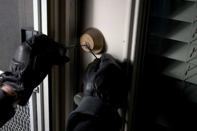 Τα αναμμένα φώτα δεν αποτρέπουν τους ληστές από το να εισβάλλουν σε ένα σπίτι.