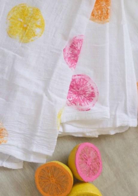Φτιάξτε ένα καλοκαιρινό τραπεζομάντιλο με λίγο χρώμα και μερικά λεμόνια και πορτοκάλια.