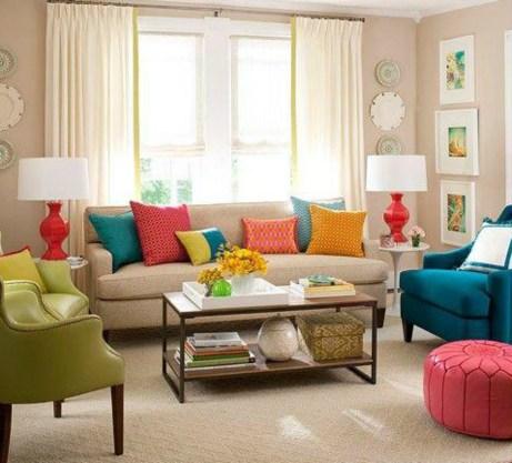 Μια πολυθρόνα σε έντονο χρώμα, μερικά μαξιλάρια και πολύχρωμα φωτιστικά θα ανανεώσουν αμέσως τον χώρο σας.