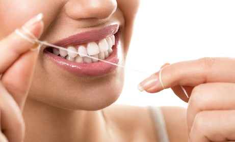 Χρησιμοποιήστε καθημερινά οδοντικό νήμα στα δόντια σας.