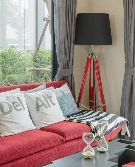 Αν επιλέξετε έναν κόκκινο καναπέ δεν θα χρειαστεί να πονοκεφαλιάσετε για να βρείτε το σωστό χρώμα για τους τοίχους σας. Με το κόκκινο στο επίκεντρο δεν υπάρχουν πολλές επιλογές για να βάψετε τους τοίχους σας.