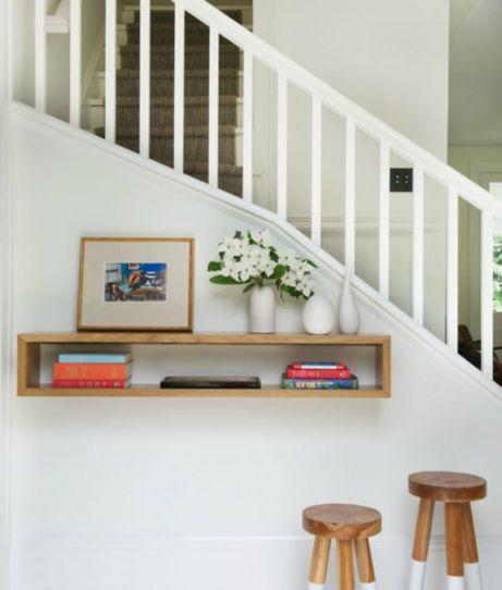 Κάτω από τη σκάλα μπορείτε να διακοσμήσετε με ένα σωρό διαφορετικούς τρόπους.