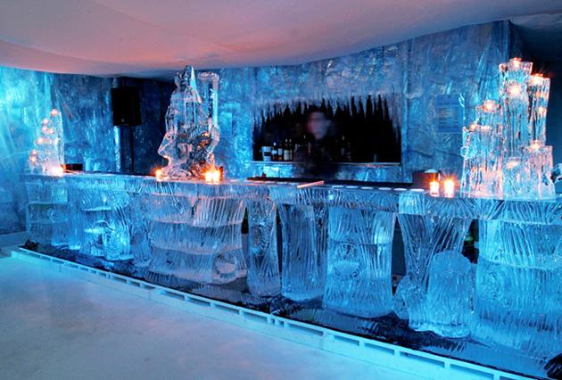 английское  Absolut Icebar предполагает, что вкусные коктейли подаются не иначе, как в бокалах изо льда
