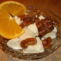 Yoghurt is med appelsin og syltede valnødder