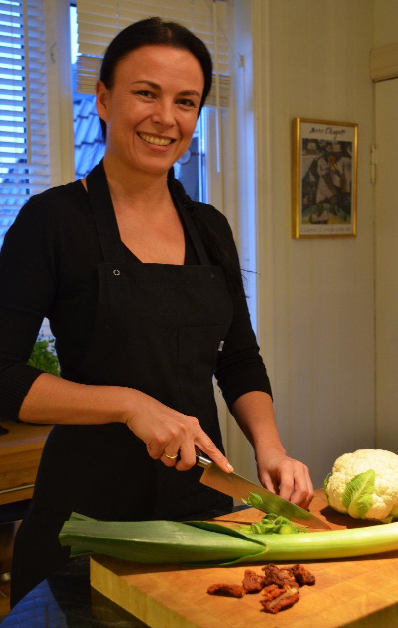 Svanhild skjærer grønnsaker