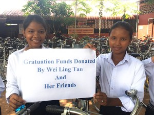 Students hold a thank you sign to Wei Ling and her friends