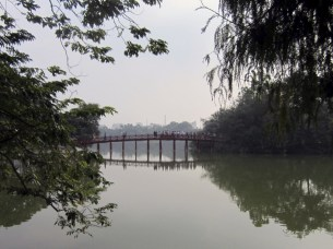 Cầu Thê Húc (bridge on Hoàn Kiếm Lake)