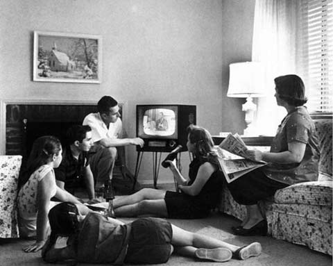 family_watching_tv pic