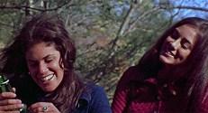 Phyllis (Lucy Grantham) und Mari (Sandra Cassel)