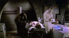 Dr. DeMarco (John Carradine, links) bei der Arbeit