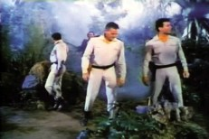 Dr. Farrell (John Agar, Mitte) und Commander Scott (Keith Larsen, rechts)