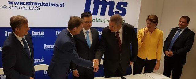 """Na posnetku iz časa podpisa koalicijske pogodbe je ob petih šefih strank povsem desno še Marko Bandelli, prvi minister vlade Marjana Šarca, ki je medtem že """"odletel"""" nazaj v državni zbor:"""