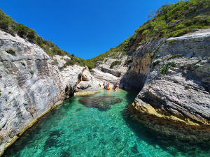 Pritiscina-bay-Vis-Split-Sea-Tours-DeLuxe-Blue-cave-Tour-from-Split