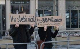 Der Gegenprotest äußerte sich in Dresden mit Schildern.