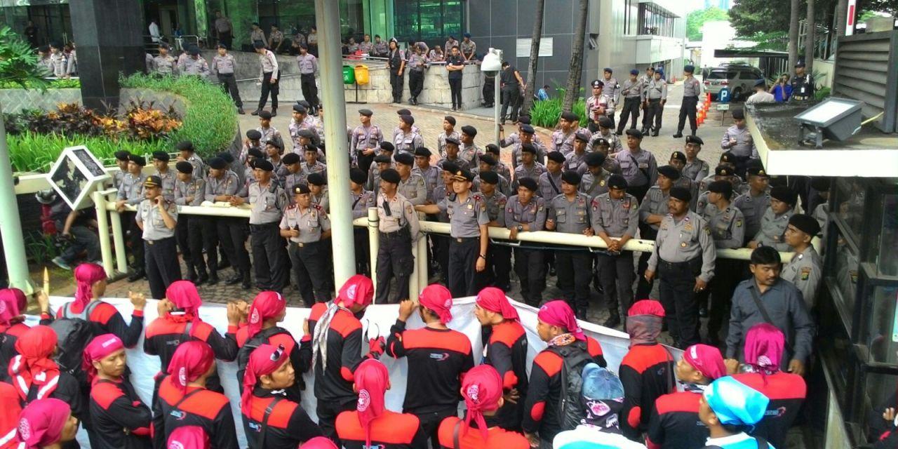 Buruh Demo di Depan Gedung KPK