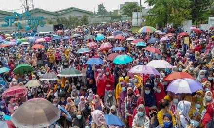 JALAN  RAYA JAKARTA – SERANG LUMPUH, AKIBAT DITUTUP BURUH SERANG MENOLAK UU CIPTA KERJA