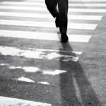 KENA PHK, SEKELUARGA PULANG KAMPUNG JALAN KAKI DENGAN MENGENDONG BALITA