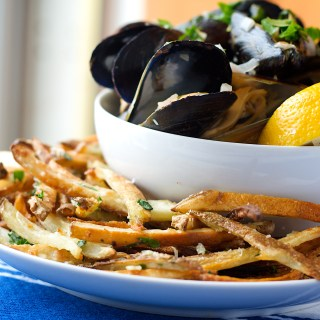 Garlicky White Wine Mussels on an Unsuspecting Tuesday