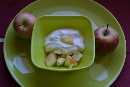 Fromage blanc sur lit de pommes : un dessert léger. Facile et rapide à réaliser . Un dessert comme je les aime . Et vous vous aimez les desserts simples?