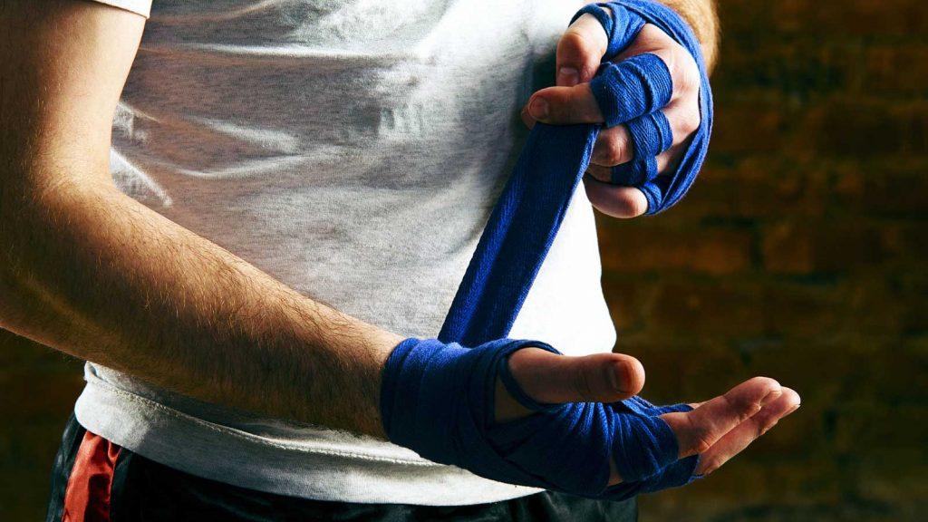 O boxeador embrulha as bandagens.