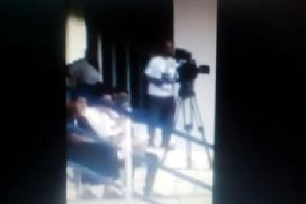 بالفيديو:غضب نصراوي .. من مصور القناة الرياضية لارتدائه تيشيرت الهلال أثناء نقل لقاء النصر والهلال