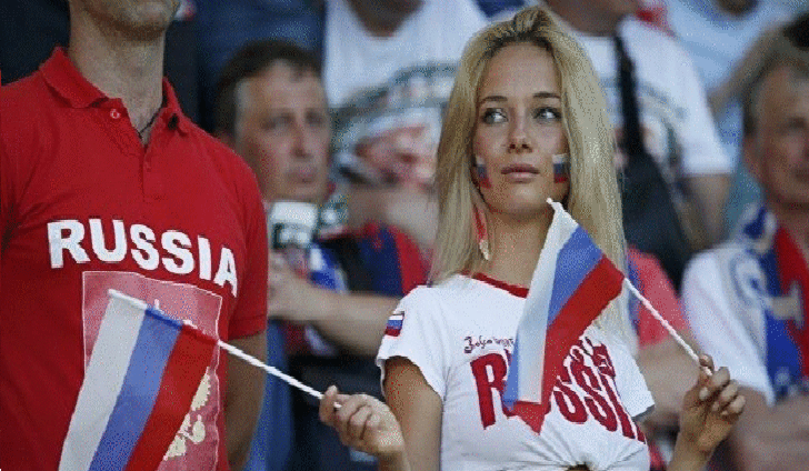بالفيديو.. مشجعة روسية تفاجئ مذيعا مكسيكيا على المباشر بكأس القارات