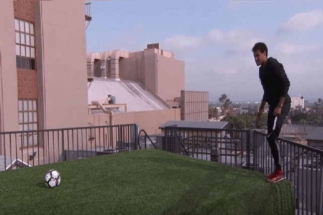 بالفيديو .. نيمار يستعرض مهاراته فوق الاسطح
