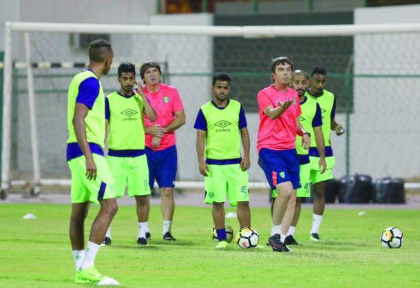 لاعب الاهلي عمر السومة يغادر الفريق