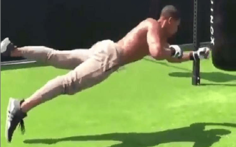 بالفيديو.. مقاتل يقوم بحركات رهيبة!