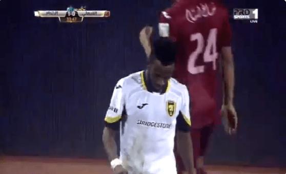 بالفيديو.. فهد المولد يغادر أرضية الملعب بعد شعوره بآلام