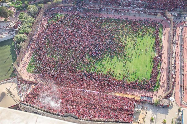 """بالصور.. """"الأهلي"""" يلغي مرانه بعد اقتحام الجماهير الملعب ووقوع إصابات بين المشجعين"""