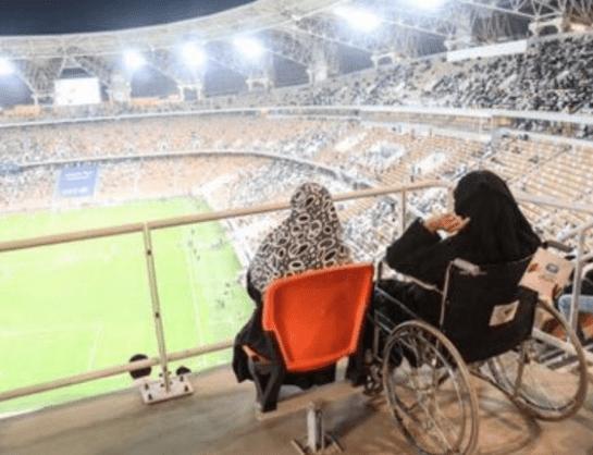 صورة مسنة في مباراة الأهلي والباطن تخطف أنظار الجماهير بسبب ما شاهدوه!