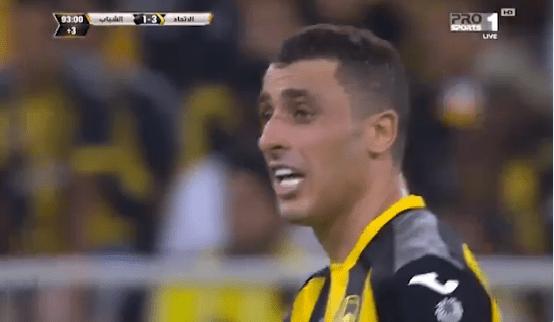 شاهد.. مشجع اتحادي يبعث رسالة للاعب أحمد العكايشي من المدرجات!