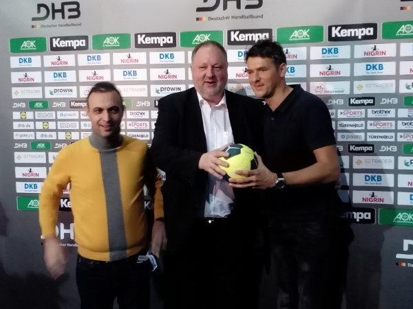 """Die """"Macher"""" des deutschen Erfolgs-Handballs Bob Hanning und Andreas Michelmann sowie der neue Bundestrainer Christian Prokop nach der DHB-Pressekonferenz am 4. Februar 2017 in Leipzig – Foto: SPORT4FINAL"""