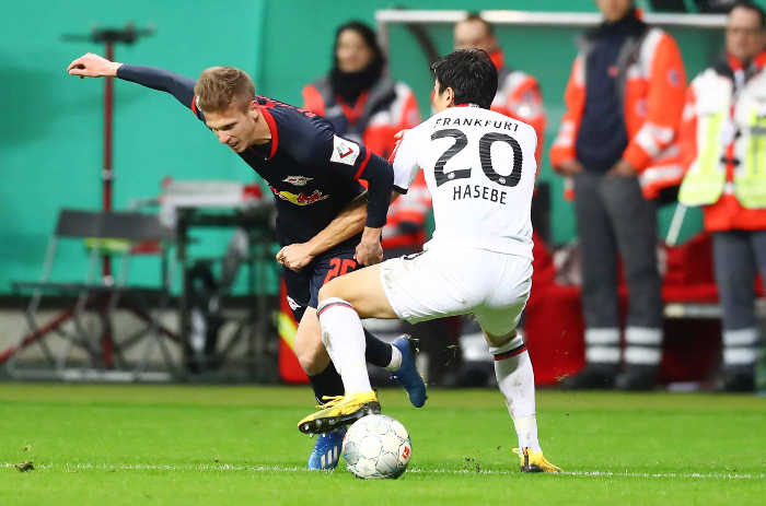 DFB Pokal - Eintracht Frankfurt vs RasenBallsport Leipzig - Dani Olmo (RB Leipzig) und Makoto Hasebe (Frankfurt) - Foto: GEPA pictures / Roger Petzsche