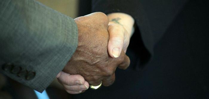 Dando la mano entre razas