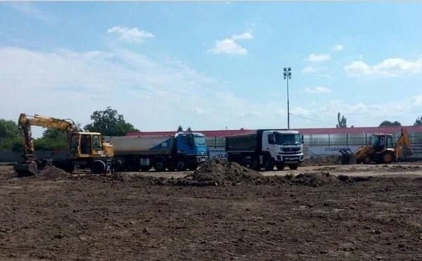 """Vladimirescu investește aproape 100 de mii de euro în refacerea gazonului arenei """"Constantin Sfârlogea"""": """"Totul pentru tinerii comunei noastre!"""""""