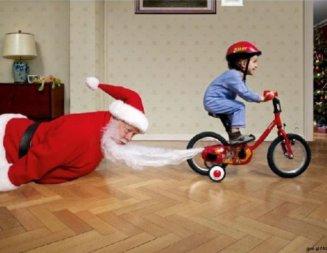 babbo natale divertente bambino bici tira barba