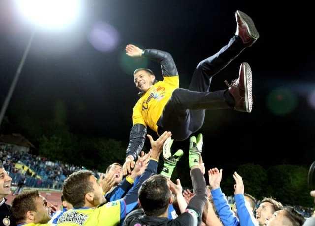 Costel Galca este aruncat in sus de jucatorii echipei Steaua Bucuresti, dupa castigarea titlului de campioni ai Romaniei.
