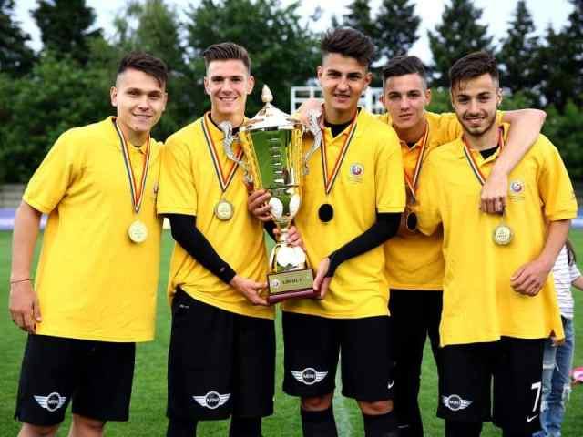 Fotbalistii Viitorului Constanta poeaza alaturi de trofeul oferit campioanei