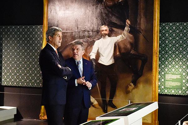 John Kerry et Thomas Bach - tableau Pierre de Coubertin