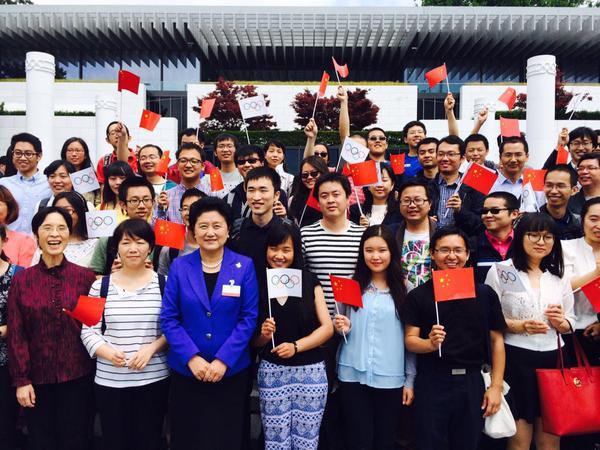 La vice-Premier Ministre de la République Populaire de Chine, Liu Yandong, entourée par de jeunes chinois présents en Suisse (Crédits - Pékin 2022)