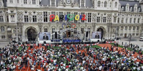 Rassemblement des Parisiens sur le parvis de l'Hôtel de Ville, le 06 juillet 2005, jour de l'élection de la Ville Hôte des JO 2012 (Crédits - Jack Guez / AFP)