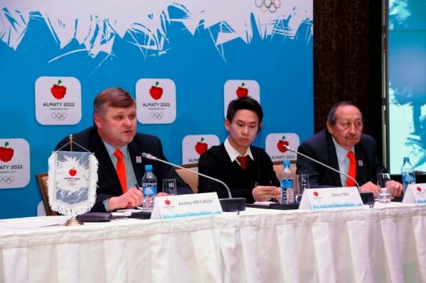 De gauche à droite, Andrey Kryukov, vice-Président du Comité de Candidature ; Denis Ten, Ambassadeur sportif d'Almaty 2022 et Timur Dossymbetov, Secrétaire Général du Comité Olympique du Kazakhstan (Crédits - Almaty 2022)