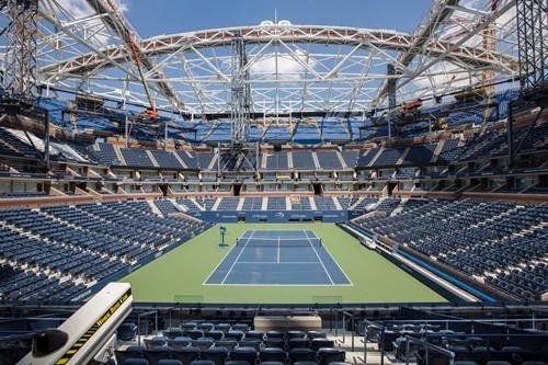 Travaux d'installation du toit sur le court Arthur Ashe Stadium (Crédits - US Open / Michael LeBrecht II)