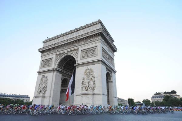 Passage des coureurs cyclistes devant l'Arc de Triomphe, en 2014 (Crédits - ASO / Tour de France)